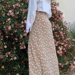Beige kjol med prickar från mango. Jätte fint skick, använd en gång.