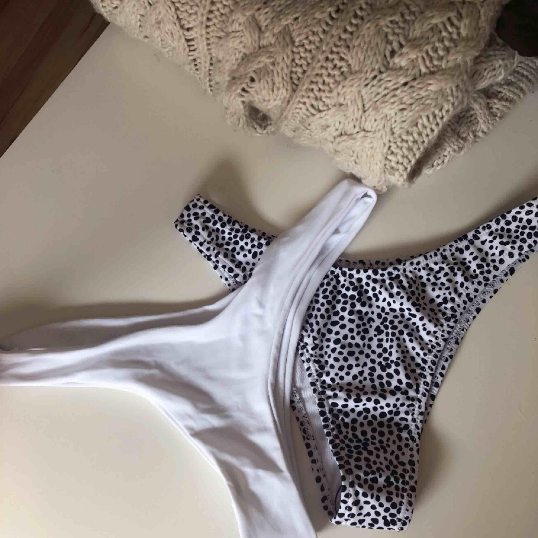 Den vita är såld. Säljer den prickiga bikiniunderdelen som är helt oanvänd då den inte passade. En del för 120 kr. Hör av dig vid eventuella frågor 🌸. Övrigt.