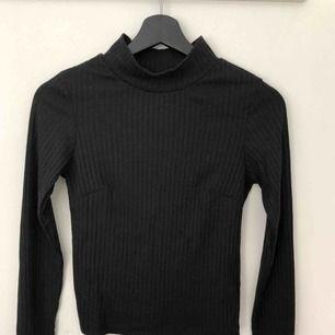 Svart långärmad topp med turtleneck. Går att vika net kragen om man tycker den är för hög! Älskar denna tröjan då den passar till väldigt mycket, men säljer pga använder den inte längre!