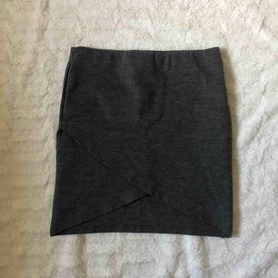 Grå kjol från Gina Tricot Kika gärna in på min profil, har massor av annonser ute!