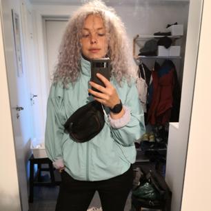 Riktigt fet vindjacka från Adidas i storlek 42. Normal i storleken jag är vanligt M/S och den är oversized på mig. Gott begagnat skick, inga skavanker! Priset är inkl. Frakt! 🔥🔥
