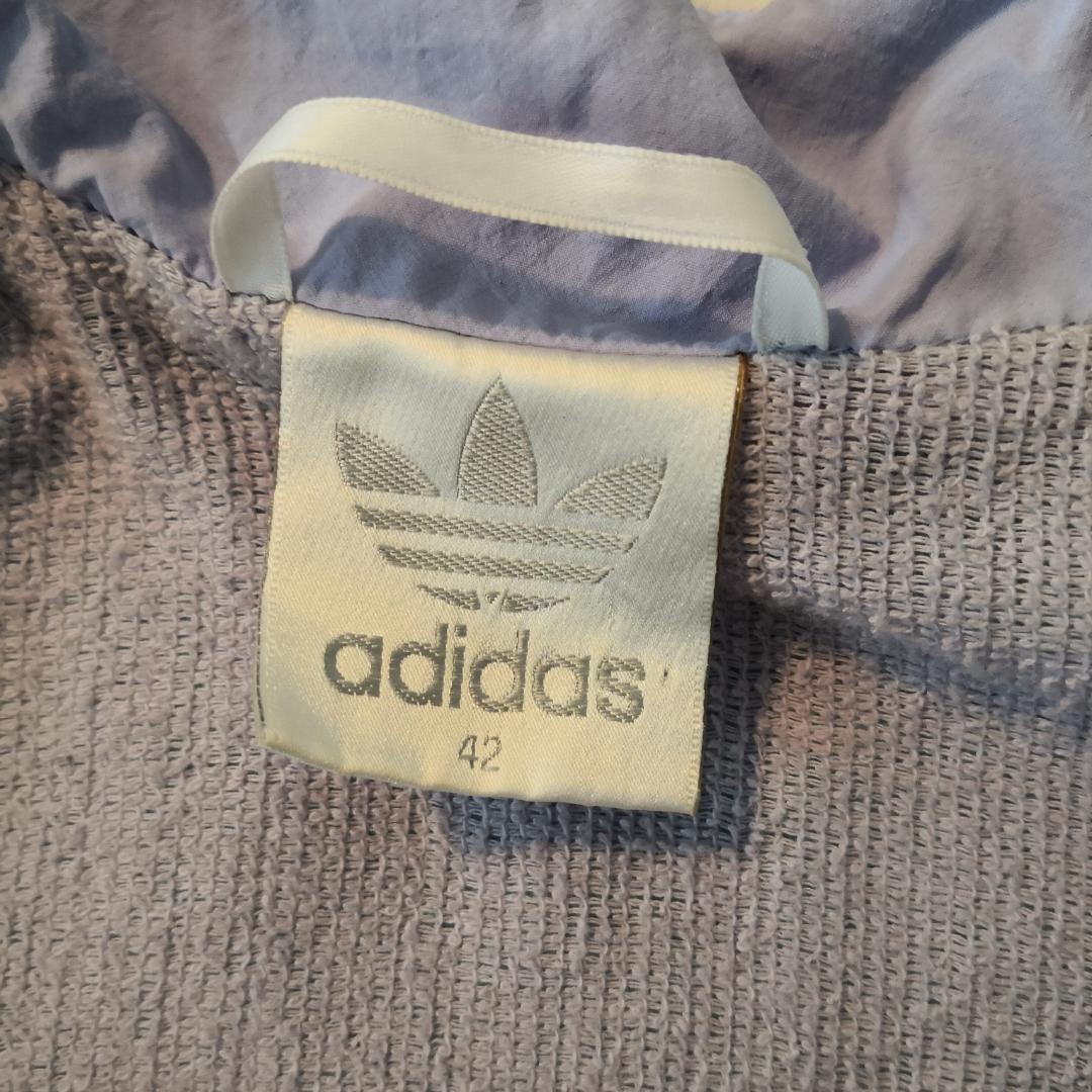 Riktigt fet vindjacka från Adidas i storlek 42. Normal i storleken jag är vanligt M/S och den är oversized på mig. Gott begagnat skick, inga skavanker! Priset är inkl. Frakt! 🔥🔥. Jackor.