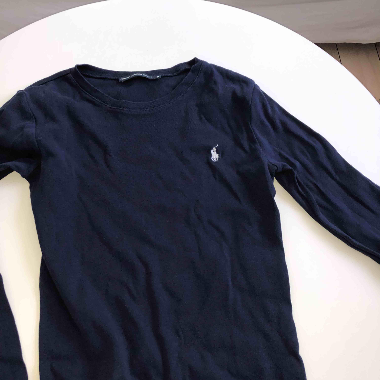 Långärmad marinblå från Ralph Lauren! Fint skick, köpt i London.. Toppar.