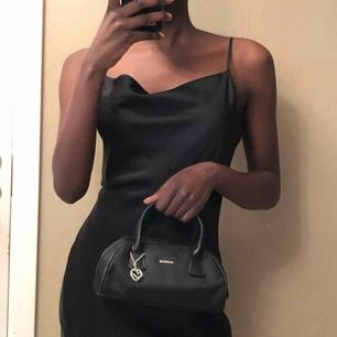 Svart liten väska