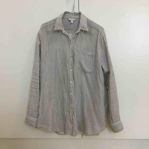 Skön skjorta med ficka framtill i nyskick. 100% bomull