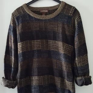 Vintage stickad tröja i fint skick. Storlek XL men stämmer ej då den är liten i storleken och mer som ca S/M. Fraktkostnad blir 72kr.