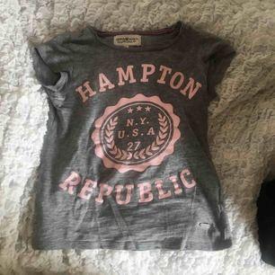 t-shirt från Hampton Republic, välanvänd men gott skick! (köparen står för fraktkostnad)