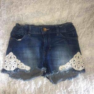 söta shorts med spetsdetaljer, välanvända men i gott skick! (köparen står för fraktkostnad)