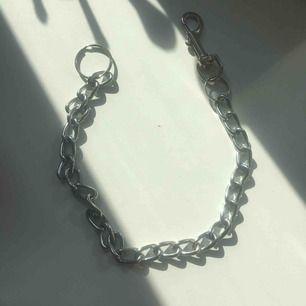 Jeanskjedja  Kan även användas som halsband  Säljer på grund av att den aldrig kommer till användning.