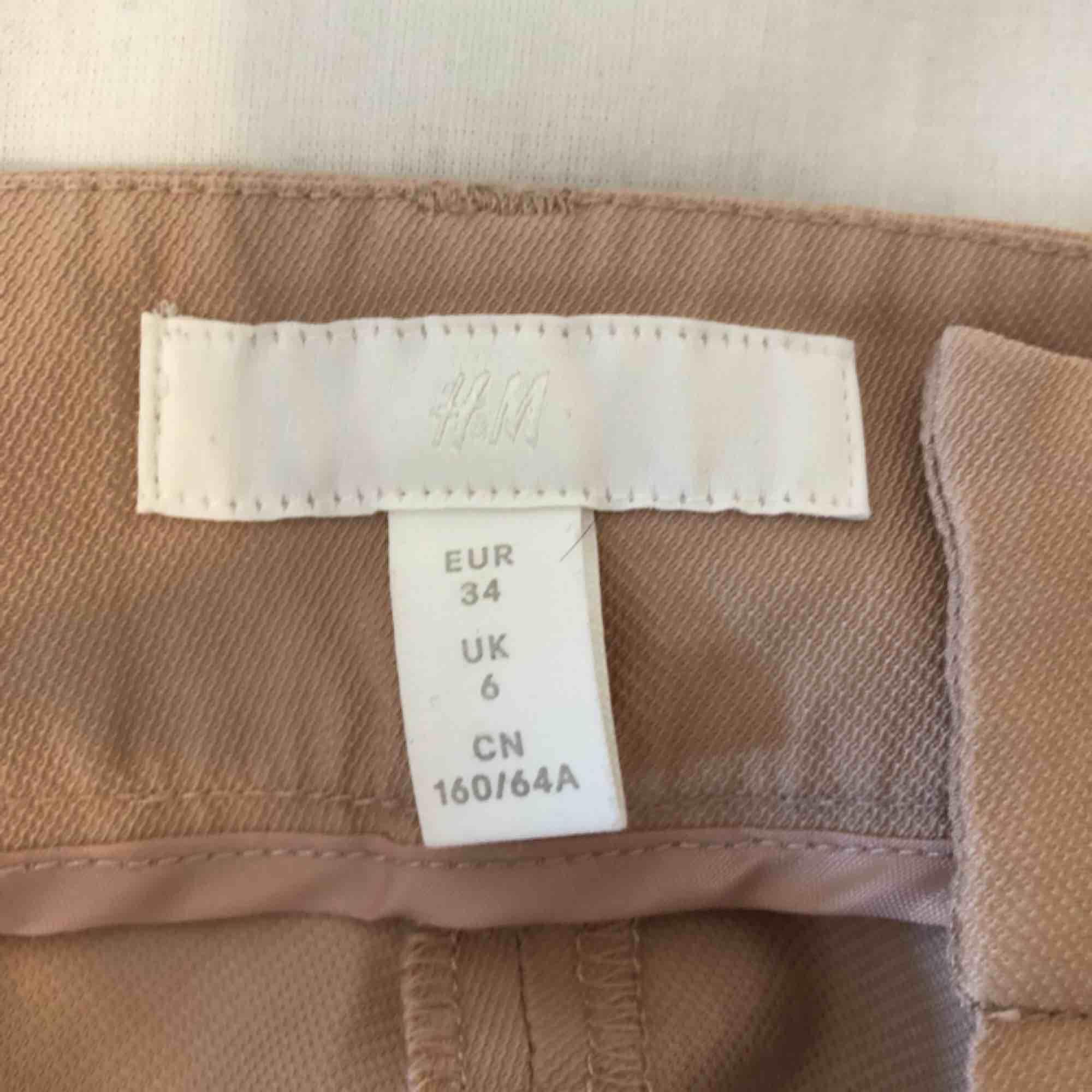 Superfina kostymbyxor från H&M med vida ben som är använda ca 2 gånger. Färgen e lite mera åt det rosa hållet och ljusare än på bilderna! Köpare står för frakt:). Jeans & Byxor.