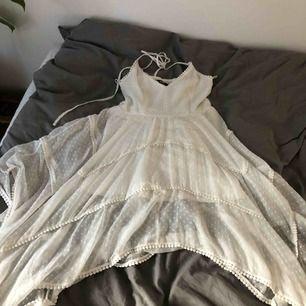 Klänningen är köpt för 600kr och är använd endast 1 gång. Den är i väldigt bra skick!