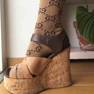 Klack: 14cm  Pga platå är skorna sköna och fin kvalité💘