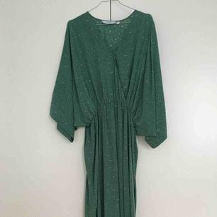 Jättefin långklänning med liten slits på båda sidorna 🌿 Säljes i nyskick 🌿 100% viskos