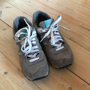 Helt nya New Balance sneakers. Lite mindre i storlek, passar en 35 eller liten 36!   Frakt tillkommer