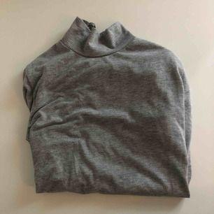 Grå tröja med snörning i ryggen, aldrig använd. Köpt på bubbleroom, storlek s men skulle säga att det även passar xs och xxs då jag själv har xs
