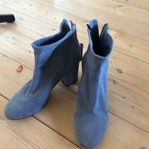 """Babyblå """"sockshoe"""" som är använda 1 gång. Väldigt bekväma men tyvärr för stora för mig.  Frakt tillkommer"""