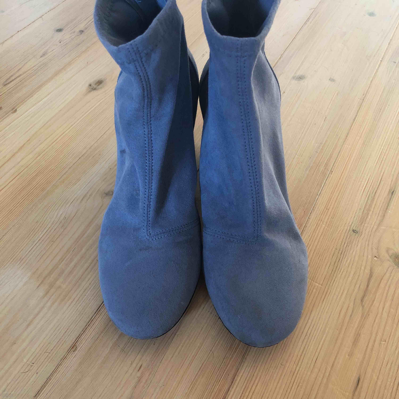 """Babyblå """"sockshoe"""" som är använda 1 gång. Väldigt bekväma men tyvärr för stora för mig.  Frakt tillkommer . Skor."""