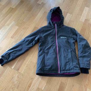 En snygg och bekväm skid/ vinterjacka från Everest i stl 164. En liten fläck på ärmen men ingenting som syns väl. Köparen står för frakten. Det ser ut som att den är väldigt blå på bilden men den är mer svart/ mörkgrå.