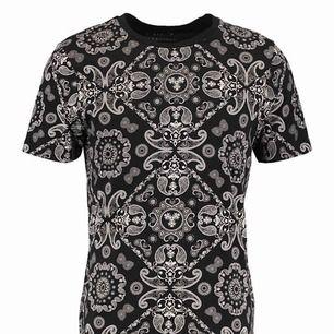 Säljer denna helt nya T-shirt från Jack and Jones . Kommer från rök/djurfritt hem. Storlek M Kommer i sin orginalförpackning. Ord pris 299:-