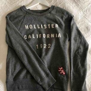 """Hollister tröja! Ser lite """"nopprig"""" ut på bilderna, men inte i verkligheten!!"""