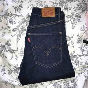 """Mörkblå högmidjade jeans från Levis. Modellen heter """"mile high super skinny"""". Superfint skick. Nypris 1000kr."""