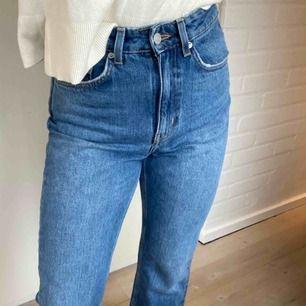 Ett par blåa Weekday jeans i modellen Mile som aldrig är använda. Skriv för mer info/bilder. Frakt tillkommer.