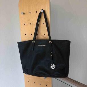 En äkta svart Michael Kors väska som är väl använd och därav ganska sliten men i bra skick för att vara begagnad. Skriv för mer info/bilder. Frakt tillkommer.