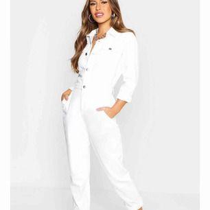 En vit jeans jumpsuit från Boohoo, helt ny aldrig använd. Från petit avdelningen men skulle säga att alla under 170 kan ha den. Dock beroende på hur lång överkropp man har osv. Det är en storlek 42 men lite liten i storleken. (Priset är inklusive frakt)