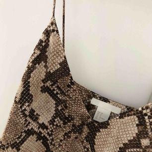 Oanvänt linne från H&M, passar perfekt till både vardags samt olika festligheter