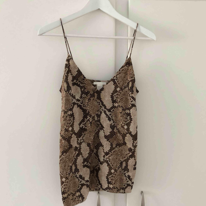 Oanvänt linne från H&M, passar perfekt till både vardags samt olika festligheter. Toppar.