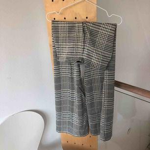 Ett par mönstrade tjocka utsvängda tighta byxor från HM som aldrig är använda (lappen är på se bild 3). Skriv för mer info/bilder. Frakt tillkommer.