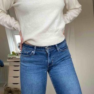 Ett par lågmidjade straight fit jeans från Levis. Skriv för mer info/bilder. Frakt tillkommer.