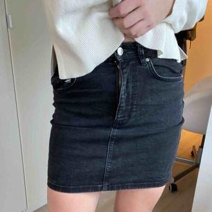 En svart jeanskjol från Zara. Skriv för mer info/bilder. Frakt tillkommer.