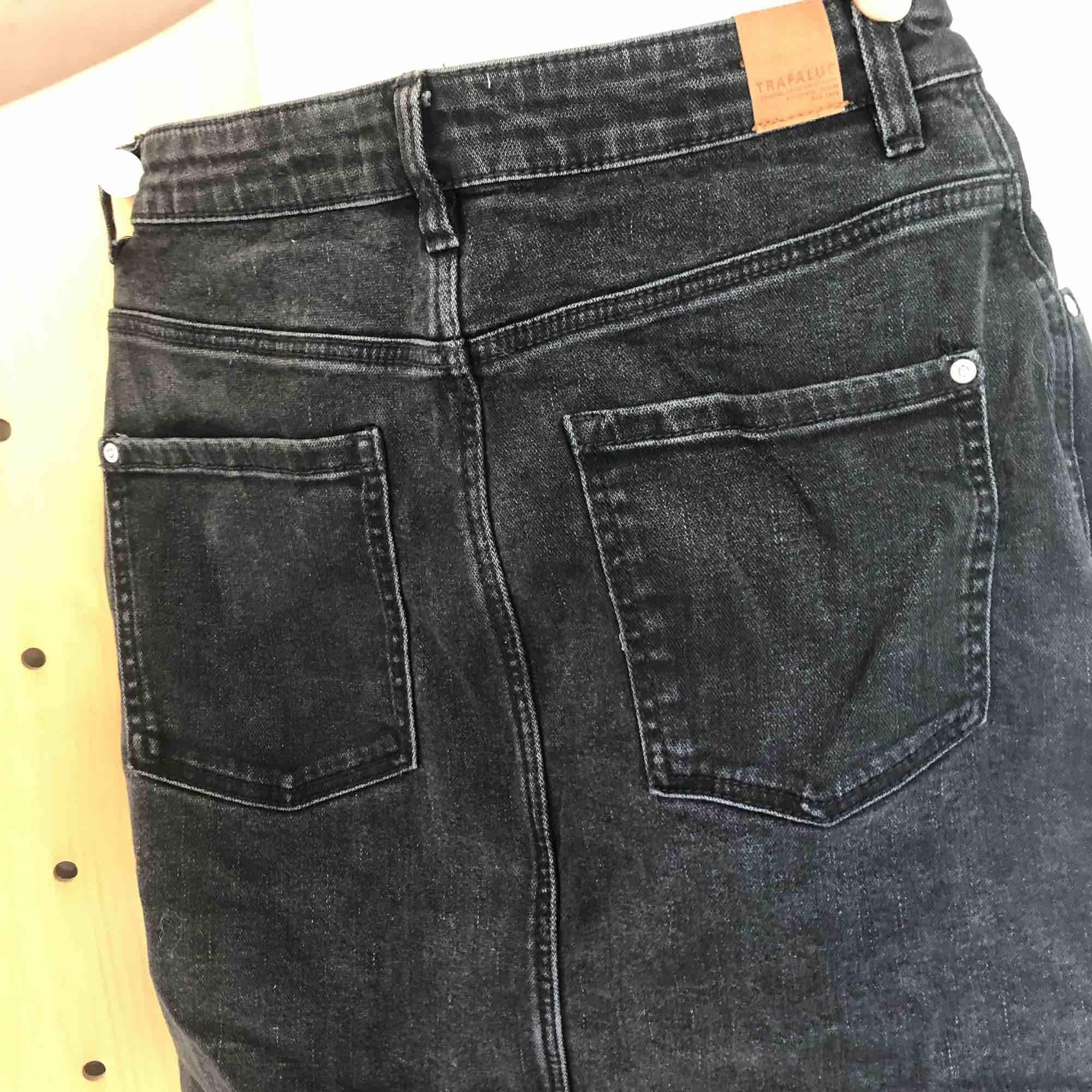 En svart jeanskjol från Zara. Skriv för mer info/bilder. Frakt tillkommer.. Kjolar.