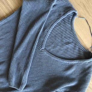 Stickad tröja från Nakd.  V-ringad i ryggen, färg blå. Använd 1 gång.