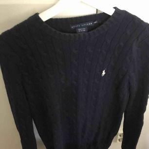 Knappt använd tröja från Ralph Lauren. Marinblå