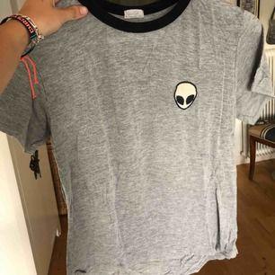 Alien-tröja från Brandy Melville! Säljer billigt pga tre små hål längst ner (skickar bild vid förfrågan)