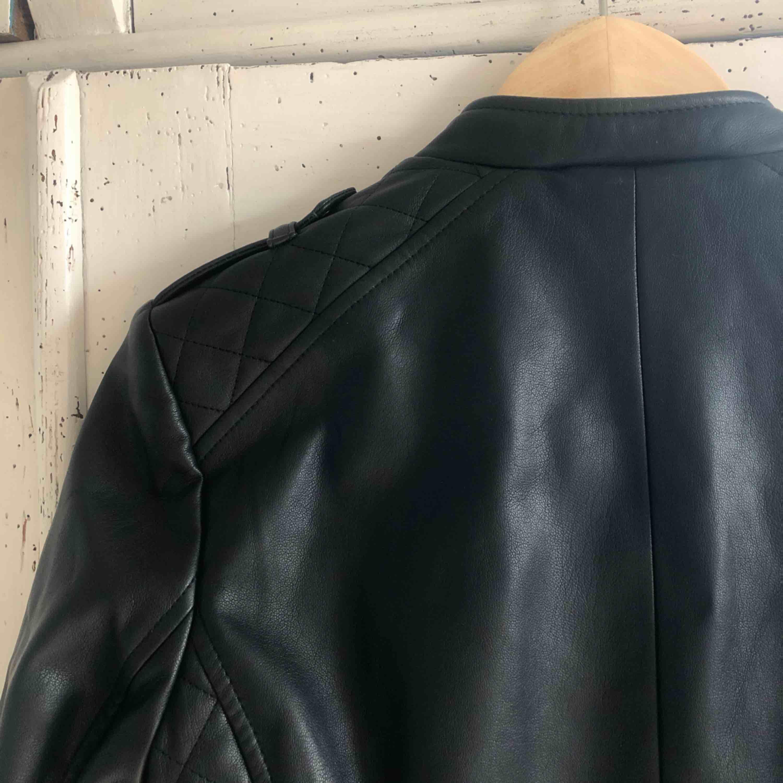 Läderjacka (fejk) från Zara! Knappt använd . Jackor.