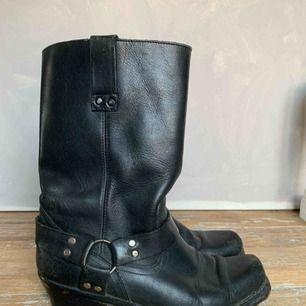 Svarta boots i äkta skinn! Inhandlade i en trendriktig och populär vintagebutik i Budapest.