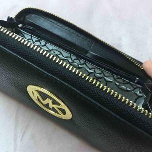 Denna plånbok är ❌fake❌ Använd få gånger och i bra skick men en av korthållare är lite trasig så kontakta om du vill ha fler bilder!🥰