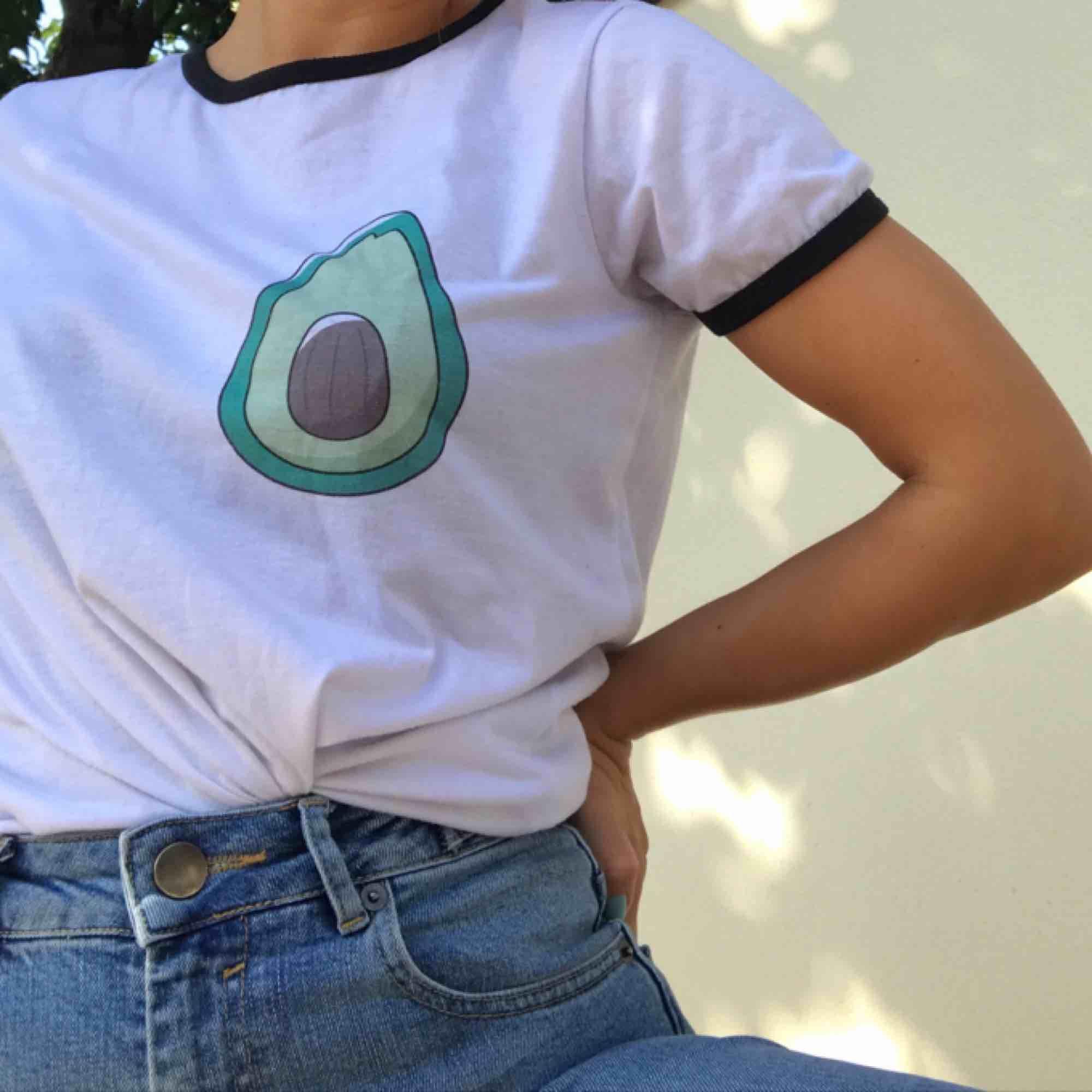 Söt t-shirt med avocadoprint🥑 Passar alla storlekar mellan XS-M skulle jag säga beroende på den önskade passformen!. T-shirts.