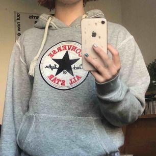 Jätteskön och hoodie från Converse.