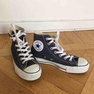 Mörkblå converse. Använda ett fåtal gånger, nästan nyskick!  Säljes pga för små för mig.  Möts upp i Stockholm eller köparen betalar frakt.  🌼