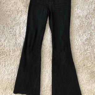 Säljer mina bootcut/flare jeans från Dr.Denim! Det är ett par bekväma & simpla brallor. Midjan är midwaist & modellen Macy. Är 168 cm lång och vanligt vis en M/S på byxor. Mycket stretchiga och är inte alls obekväma! Nypris 499kr.