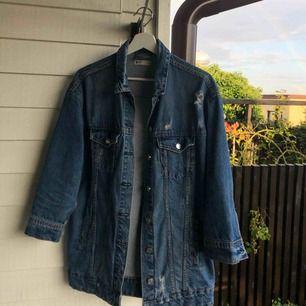 Jag säljer denna lite oversize jeansjackan från Gina Tricot som är nästan helt oanvänd! Storleken är M och går till rumpan på mig ungefär, jag är 174 cm. Säljes pga inte varit min stil. Köparen står för frakt!