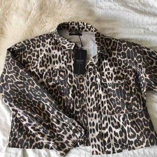 As ball croppad leopard jacka! Jackan är aningen oversized, så skulle säga att den passar XS-M! Helt oanvänd med prislapp kvar, inköpt för ca 300kr i Milano förra året. Säljer då den tyvärr inte kommit till användning:(( Köpare står för frakt!💓💓💓😁