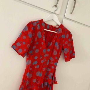 Oanvänd klänning från H&M