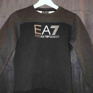 Emporio Armani tröja i storlek XXS/XS (150-160cm) Helt ny 1099kr, släpper för 700 då den aldrig är använd, bara tagsen som är ryckta (ser ut som tröjan är smutsig men det är reflektion från blixten)