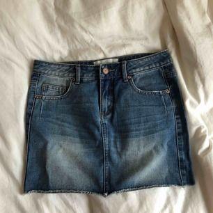 Oanvänd jeanskjol i modellen mini, perfekt till sommaren