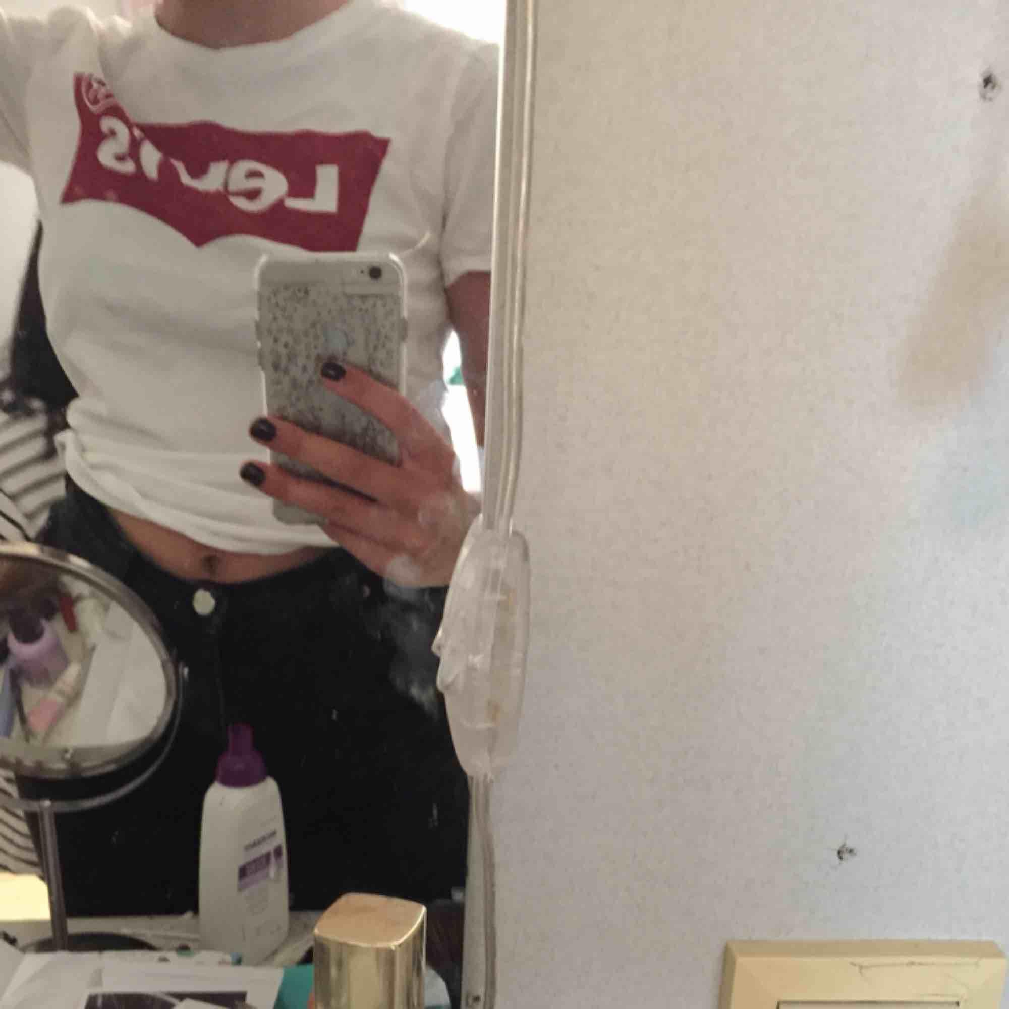 Aldrig använd (endast provad) klassisk Levi's t-shirt. Säljer pga den inte kommer till användning. Möts upp i Umeå annars står köparen för frakten.. T-shirts.